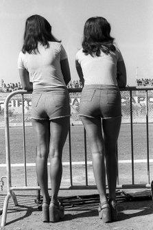 Dos mujeres observan la acción desde detrás de una barrera