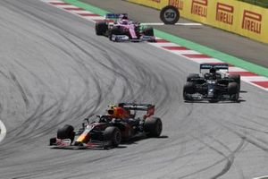Alex Albon, Red Bull Racing RB16, voor Lewis Hamilton, Mercedes F1 W11 EQ Performance, en Sergio Perez, Racing Point RP20