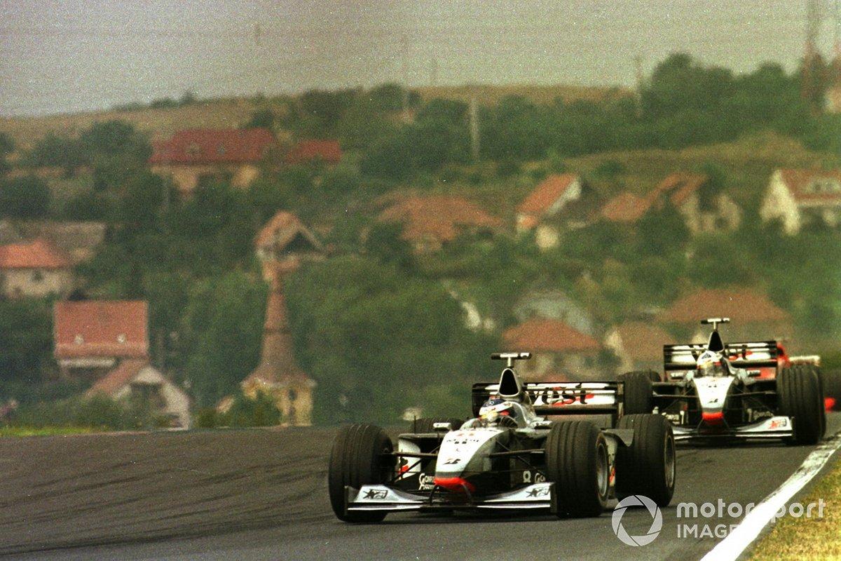 Хаккинен понемногу отрывался от Култхарда, но Шумахер не отставал – в гоночных условиях темп McLaren и Ferrari оказался близким
