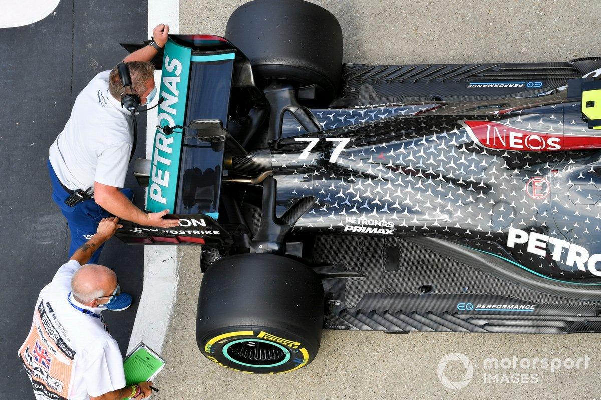 I commissari tecnici spostano la vettura di Valtteri Bottas, Mercedes F1 W11, nel Parc Ferme dopo le qualifiche