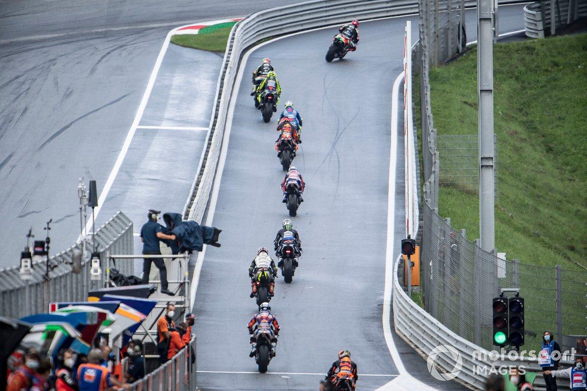 I piloti della MotoGP escono dalla pitlane