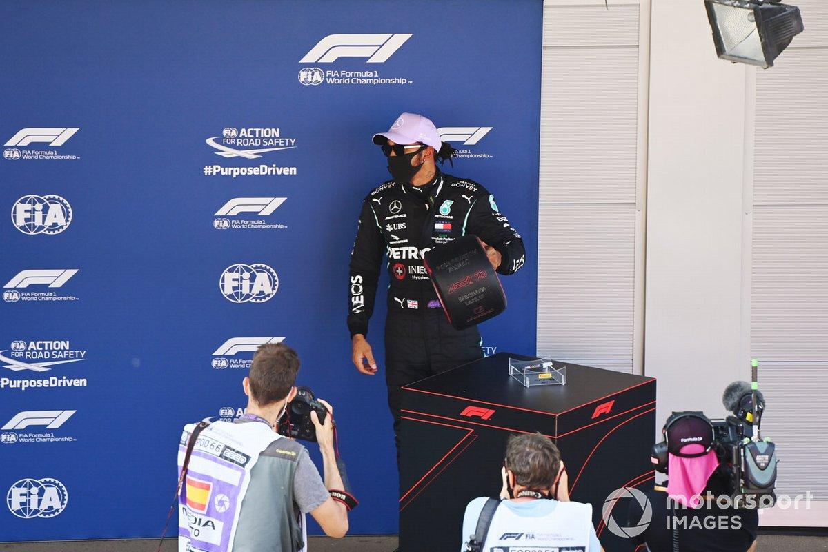 Ganador de la pole Lewis Hamilton, Mercedes-AMG Petronas F1