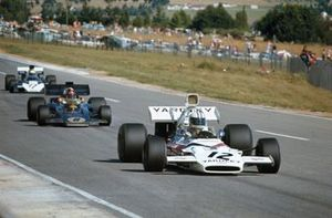 Denny Hulme, McLaren M19A Ford, devant Emerson Fittipaldi, Lotus 72D Ford, 2 et Mike Hailwood, Surtees TS9B Ford