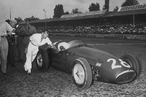 Stirling Moss, Maserati 250F, pushes his car back to the pits after his engine blew