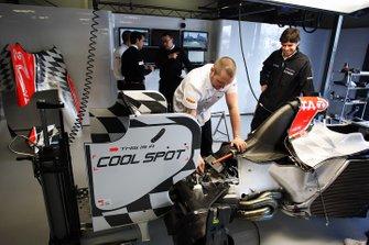The Hispania Racing F1 Team HRT F111s nel garage, GP d'Australia del 2011