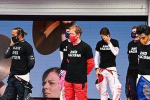 Льюис Хэмилтон, Mercedes-AMG Petronas F1, Себастьян Феттель, Ferrari, Карлос Сайнс-младший, McLaren, и другие гонщики Формулы 1 протестуют против расизма в отношении чернокожего населения