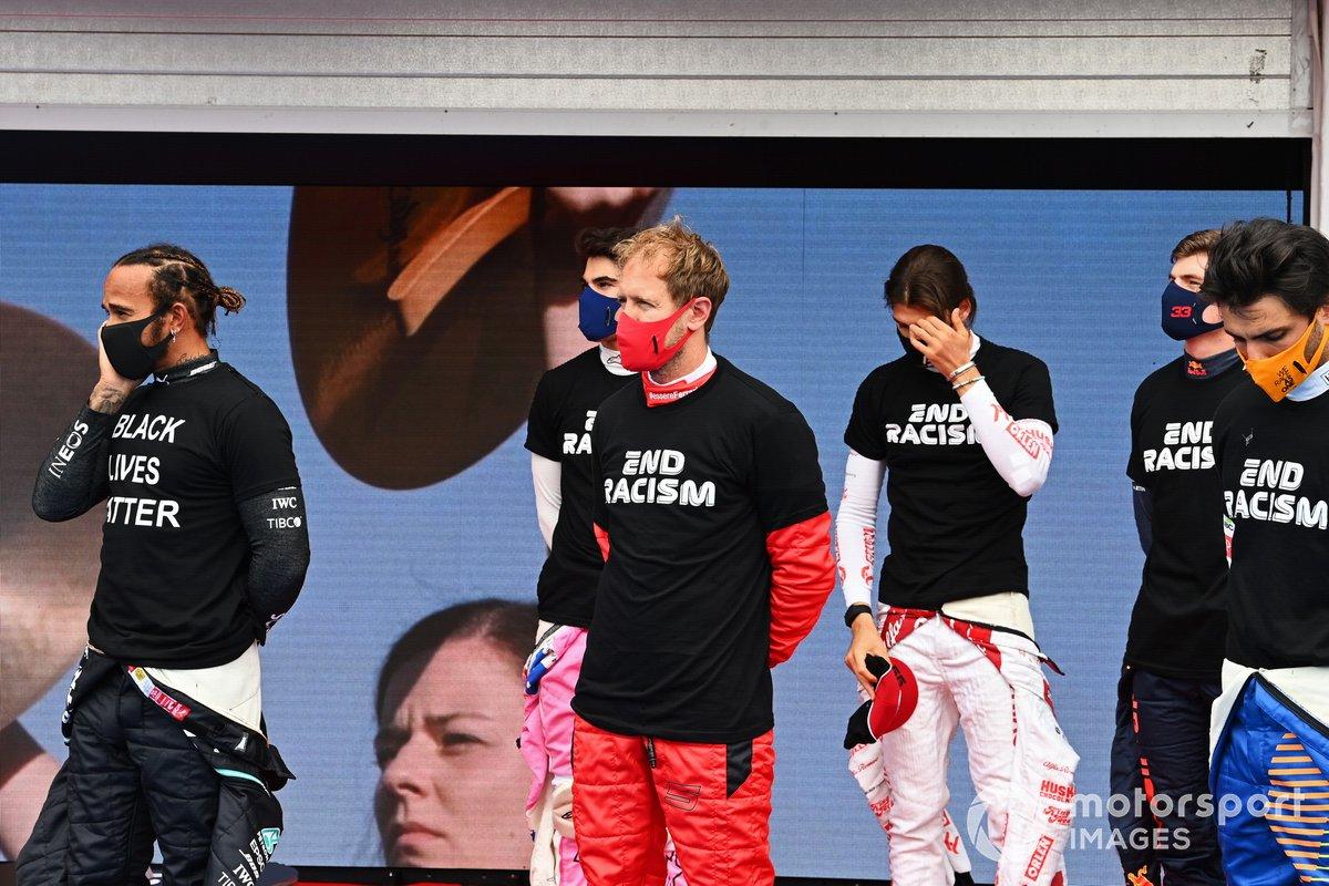 Lewis Hamilton, Mercedes-AMG Petronas F1, Sebastian Vettel, Ferrari, Carlos Sainz Jr., McLaren, y los otros pilotos se reúnen alrededor de los trofeos antes del comienzo en apoyo de la campaña para el fin del racismo