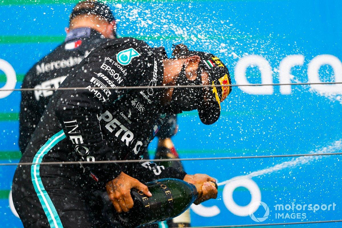 Il vincitore della gara Lewis Hamilton, Mercedes-AMG Petronas F1 sul podio