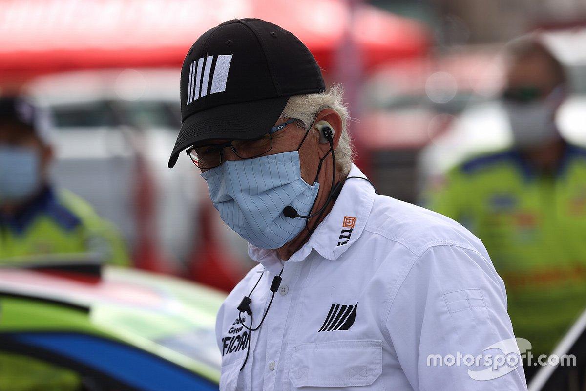 NASCAR-Offizieller mit Mund-Nase-Maske