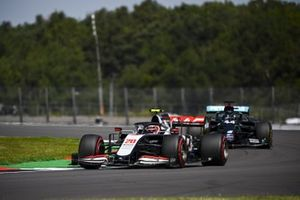 Kevin Magnussen, Haas VF-20, Lewis Hamilton, Mercedes F1 W11