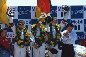 Winnaar Davy Jones, Alexander Wurz, Manuel Reuter, TWR Porsche WSC 95 on the podium