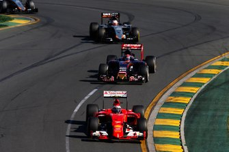 Kimi Raikkonen, Ferrari SF15-T, voor Max Verstappen, Toro Rosso STR10 Renault, Nico Hulkenberg, Force India VJM08 Mercedes