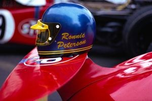El casco de Ronnie Peterson en el ala delantera de su March