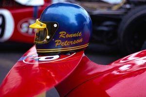 Le casque de Ronnie Peterson sur l'aileron avant de sa March