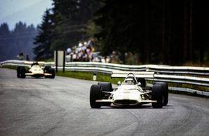 Jackie Oliver, BRM P153, devant Andrea de Adamich, McLaren M14D Alfa Romeo