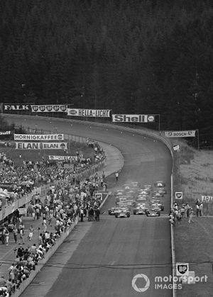 La salida, Clay Regazzoni, Ferrari 312B, se aleja por delante del hombre de la pole position Jochen Rindt, Lotus 72C