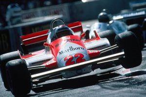 Mario Andretti, Alfa Romeo 179C, rebota sobre un bordillo
