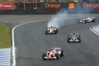 Jarno Trulli, Toyota TF104, Christian Klien, Jaguar R5, Ricardo Zonta, Toyota TF104 y Jenson Button, BAR Honda 006 mientras el motor explota