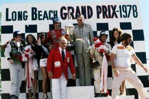 Podium: winnaar Carlos Reutemann, Ferrari, tweede Mario Andretti, Lotus, derde Patrick Depailler, Tyrrell