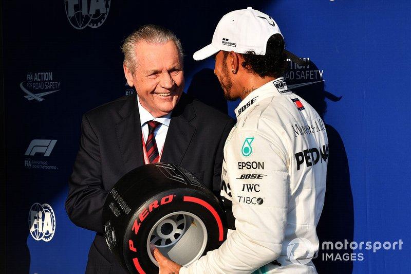 Lewis Hamilton, Mercedes AMG F1, riceve il Premio Pirelli Pole Position dall'ex Campione del Mondo Alan Jones