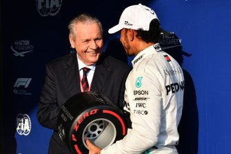 Lewis Hamilton, Mercedes AMG F1, recibe su trofeo Pirelli Pole Position de Alan Jones