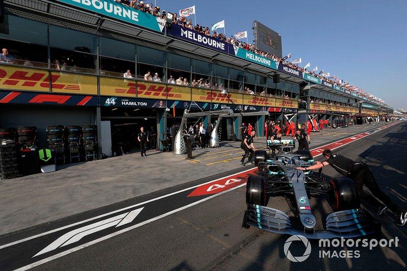 Valtteri Bottas, Mercedes AMG W10, viene riportato al box