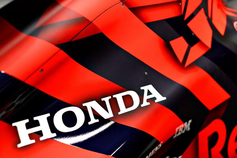 Detalle del logo de Honda en el Red Bull Racing RB15