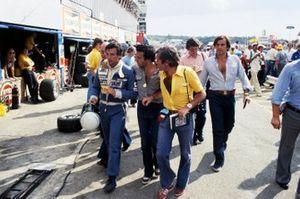 Riccardo Patrese, Arrows, cammina lungo la pit lane