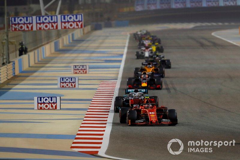 Charles Leclerc, Ferrari SF90, precede Lewis Hamilton, Mercedes AMG F1 W10, e Max Verstappen, Red Bull Racing RB15