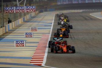 Charles Leclerc, Ferrari SF90, voor Lewis Hamilton, Mercedes AMG F1 W10, en Max Verstappen, Red Bull Racing RB15