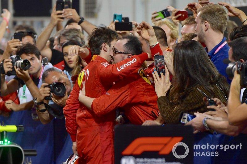 Charles Leclerc, Ferrari, con el equipo