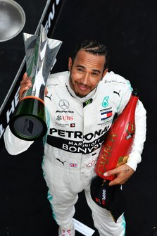 Lewis Hamilton, Mercedes AMG F1, vincitore, con il trofeo e lo champagne