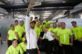 Lewis Hamilton fête sa victoire avec l'équipe Mercedes