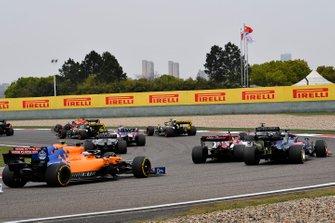 Kimi Raikkonen, Alfa Romeo Racing C38, Daniil Kvyat, Toro Rosso STR14, Lando Norris, McLaren MCL34, and Carlos Sainz Jr., McLaren MCL34, startta