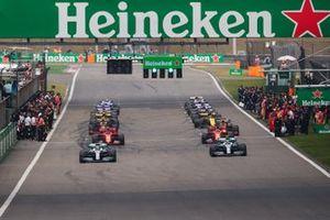 Lewis Hamilton, Mercedes AMG F1 W10, et Valtteri Bottas, Mercedes AMG W10, débutent le tour de formation en tête du peloton