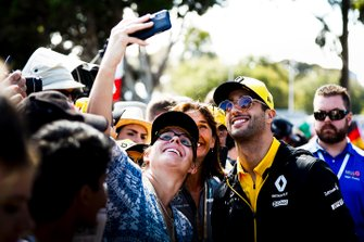 Daniel Ricciardo, Renault poses for a selfie with a fan