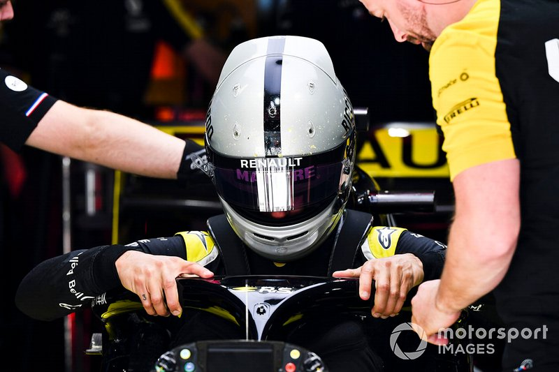 Daniel Ricciardo, Renault F1 Team, si cala nell'abitacolo della sua monoposto
