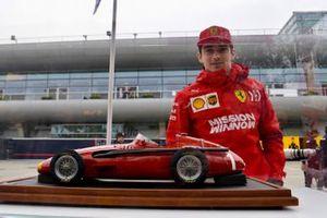 Charles Leclerc, Ferrari, observe un modèle miniature de la Maserati 250F