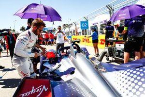 Sam Bird, Envision Virgin Racing, Se prepara para meterse en su Audi e-tron FE05.
