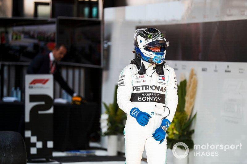 Valtteri Bottas, Mercedes AMG F1, vincitore, si allontana dalla monoposto dopo la gara