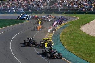 Kevin Magnussen, Haas F1 Team VF-19, leads Nico Hulkenberg, Renault F1 Team R.S. 19, Romain Grosjean, Haas F1 Team VF-19, Kimi Raikkonen, Alfa Romeo Racing C38, Lando Norris, McLaren MCL34, and the remainder of the field at the start