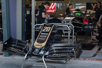 La voiture de Kevin Magnussen, Haas F1 Team VF-19, dans le garage