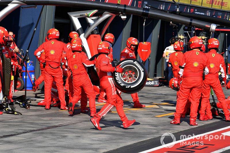 El equipo Ferrari se prepara para un pitstop