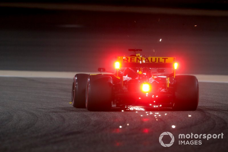Las chispas vuelan desde la parte trasera del coche de Daniel Ricciardo, Renault R.S.19