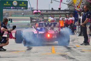 Sergio Perez, Racing Point RP19, dans les stands durant les essais