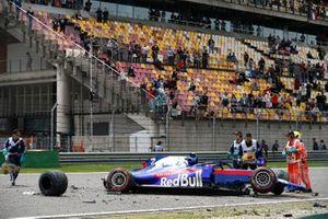 Les dégâts après l'accident d'Alexander Albon, Toro Rosso STR14