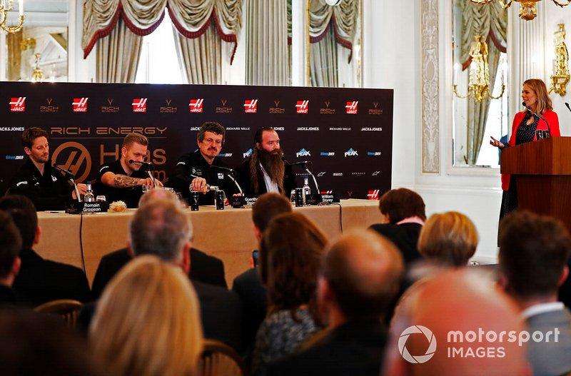 Romain Grosjean, Equipo Haas F1, Kevin Magnussen, Equipo Haas F1, Guenther Steiner, Director del equipo, Haas F1, William Storey, CEO Rich Energy y la presentadora Nicki Shields