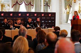 Гонщики Haas F1 Ромен Грожан и Кевин Магнуссен, руководитель команды Гюнтер Штайнер, глава Rich Energy Уильям Стори и ведущая Ники Шилдс