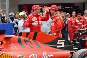 Charles Leclerc, Ferrari, y Sebastian Vettel, Ferrari, hablan después de la calificación