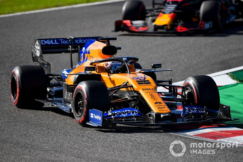 Carlos Sainz Jr., McLaren MCL34, Alex Albon, Red Bull RB15